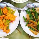 梅蘭酒家 - 左 鶏とセロリのピリ辛炒め・右 イカとニンニクの芽炒め