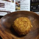 シャンパンベーカリー - チーズカレーパン 213円