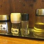 辛っとろ麻婆麺 あかずきん - 卓上には2種の山椒