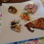 77589248 - 穴子のグリル、人参サラダ、サラミのピザ、スズキの香草焼き、ローストポークの前菜4種盛合せ