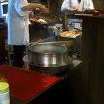 茶房 珍重庵 - 大きな釜で沸かしたお湯で飲み物は作られる
