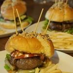 ジーニーズ - とろけるハンバーガー  先のハンバーガー入り、すごいボリュームで串を取るとばらけてしまうほど!味は良いですが正直食べにくいです。
