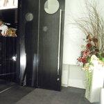 完全個室 和創作ダイニング 六 - お店の入り口です。素敵な雰囲気ですね。