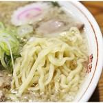 らーめん一平 - 麺は定番の多加水縮れ平打ち麺であります。