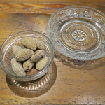 ドノスティア - お通し:スペイン産のアーモンド