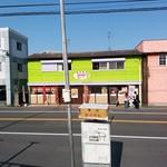 77620831 - 亀山バス停正面