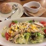 77621913 - 石窯パンと蒸し鶏のミモザ風サラダ