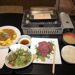 77631078 - 肉のヒマラヤランチ、ケールのシーザーサラダ、かつ皿(サービス)