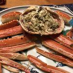 島田水産 - 胴体の身を甲羅に詰めて蟹味噌とと混ぜ合わせる