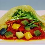 トラットリア ヒューメ - 彩り野菜と京水菜のトマトソース生湯葉包み