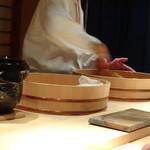 菊鮨 - シャリは2種(米酢:少量の赤酢入りと赤酢の用意されます。