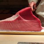 菊鮨 - ◆血合いなどを削ぐとこのように。これを頂けるのかと、ワクワクします。^^