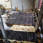 鯛焼工房 やきやきや - 鯛焼き用鉄板がずらりと並びます(2017.12.7)