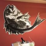 真鯛らーめん 麺匠渾身 - カウンターに大きな鯛の絵があります