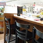 グルマン ド ニコラ - 店舗横にカウンター席があります。