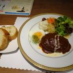 グルマン ド ニコラ - ◆オールビーフハンバーグ(1026円:税込)・・ハンバーグ・サラダ・パン・ドリンクのセット。