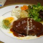 グルマン ド ニコラ - ◆ハンバーグの横に「目玉焼き」が付くのは嬉しい。ポテトサラダやキャロットエペなども添えられています。
