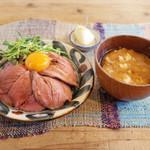 ネマルカフェ - ローストビーフ丼(950円)