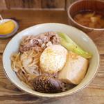 ネマルカフェ - 牛すき焼き丼(950円)