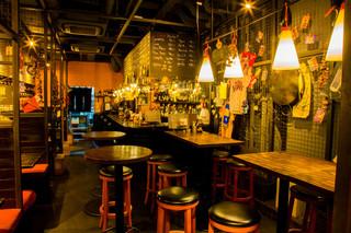 ワインバル 博多うきしま倉庫 - 気軽に使えるバルセロナのモダンバルのような雰囲気のハイチェアー席