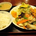 長楽本場中華料理 - 八宝菜セット(850円)このワンプレートには無理があるのでは。?w