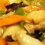 長楽本場中華料理 - プレート内の八宝菜。。餡が絡んだ野菜は食感が丁度良く。海老もプリッ!