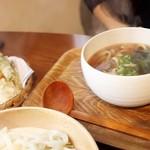 チルミーカフェ - 野菜天ぷらかけうどん
