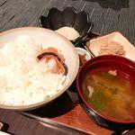 海藤花 - 小盆に乗ったご飯、味噌汁と小鉢