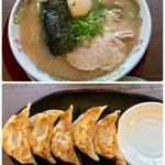 純豚骨ラーメン鶯 - 味玉ラーメン 700円、半餃子 250円