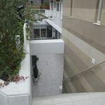 ドウモカフェ - すぐ近くに地下フロアに通ずる階段を発見!