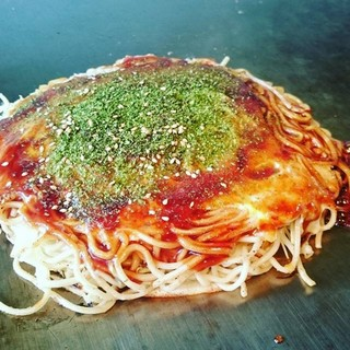 鉄板で食べる熱々の広島焼き!!
