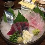飯綱 - お刺身3点盛り1.500円(税別)       左からシメサバ、カツを、ヤナギノマイ