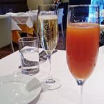 77695901 - シャンパンとミモザ