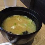 77699536 - 御飯と一緒に添えられた味噌汁はワカメの味噌汁でした。