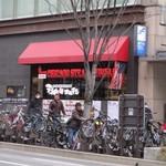 鉄板焼天神ホルモン - お店は明治通り沿い、ゲイツビルの一階にあります。