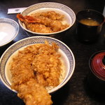 天ぷら じゅらく - 天丼(手前:アナゴ、奥:エビ)