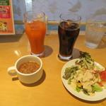77702275 - スープ、サラダ、ドリンクのとりわけ例