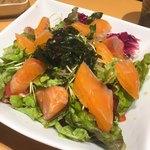 越後酒房八海山 - 八海山サーモンのサラダ ¥1059