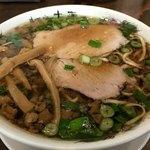 77707017 - 中華そば                       黒く澄んだスープにたっぷりの青ねぎと背脂