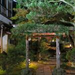 山乃尾 - 左の和室でいただき門の奥の離れに戻ります・・ごちそう様でした