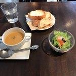 77716660 - サラダ、パン、スープ。                       美味し。