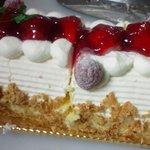 高崎カレーム - 料理写真:カレームの苺のロールケーキ。