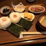 77721948 - おむすび定食800yen鮭とタラコ!