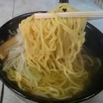 太助 - 色は薄いけど札幌ラーメン規格の麺
