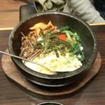 牛坊 - 石焼ビビンバ(ワカメスープ、サラダ付)(1080円)