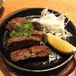 酒と料理のなつ - ぶ厚い牛タンにんにく醤油焼き(税抜980円)