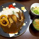 すなば珈琲 - もさ海老カレー(¥756)。ミニサラダに加え、味噌汁まで付いてくるのがユニーク