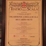 77740257 - スカラ座の交響楽団+巨匠リッカルド・ムーティ指揮の演奏会ポスター。