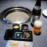 牛屋 - 網焼きのガス台(ガスロースター)とビール中瓶