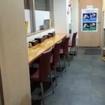 白菜タンメン楽観 - 入口近く、券売機横のカウンター席